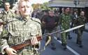 Ukraine diễu binh ở Kiev, ly khai diễu tù binh ở Donetsk
