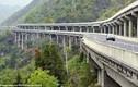 Đứng tim với cầu đường bộ xây trên vách đá dựng đứng