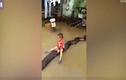 Bé trai Thanh Hóa cưỡi trăn trong mưa ngập lên báo Anh