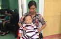 Xót thương bé trai bị bỏ rơi trước cổng trường ở Vĩnh Phúc