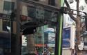 Xe buýt nhanh BRT vỡ tan kính sau va chạm với xe taxi