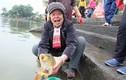 Chùm ảnh: Người dân nô nức thả cá chép tiễn ông Táo về trời