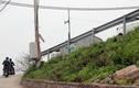 Cận cảnh dải hộ lan chờ gió lớn thổi đổ đè người ở Hà Nội