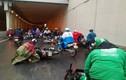 Hà Nội: Hàng loạt xe máy trượt ngã ở hầm Kim Liên