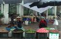 Ảnh kỳ lạ: Người Hà Nội co ro trong mưa lạnh giữa mùa hè
