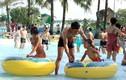 Ảnh: Nắng nóng, dân đổ xô nhau đến công viên Hồ Tây tắm giải nhiệt