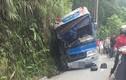 Xe chở học sinh lao vào vách núi làm một người tử vong