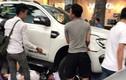 Hàng chục người nâng ô tô cứu người gặp nạn ở Hà Nội