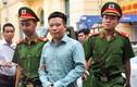 Lạ lùng: Mang tội danh chồng chất, Hà Văn Thắm vẫn cười tươi