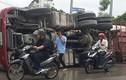Kinh hoàng xe bồn trộn bê tông lật giữa đường Hà Nội