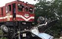 Tàu hỏa đâm xe tải nát bét ở Hà Nội