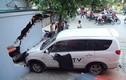Kinh hoàng ô tô đâm thủng tường nhà dân ở Hà Nội