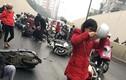 Hàng loạt xe máy ngã trong hầm Kim Liên, giao thông hỗn loạn