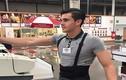 """Chàng thu ngân """"đẹp trai nhất thế giới"""" hút khách cho siêu thị"""