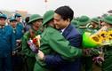 Ảnh: Tân binh ôm chầm Chủ tịch Hà Nội trước lúc nhập ngũ