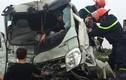 Ảnh: Cảnh sát cắt nóc xe tải cứu tài xế kẹt trong cabin