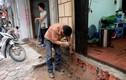 Ảnh: Người dân tay xẻng tay búa sửa bậc thềm vừa bị đập bỏ