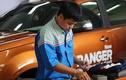 """Kỹ thuật viên Ford đua tài """"mổ"""" xe bán tải Ranger"""