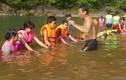 """Giáo viên miền núi dùng lồ ô tự chế """"hồ bơi"""""""