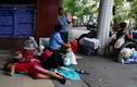 Ảnh: Những đứa trẻ vật vạ ở sân ga chờ tàu về Tết