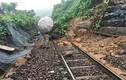 Đường sắt Bắc - Nam tê liệt do sạt lở ở đèo Hải Vân