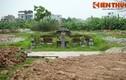 Lăng mộ đá cổ khổng lồ chơ vơ giữa cánh đồng Hà Nội
