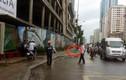 Thanh sắt rơi từ công trình đang xây dựng suýt trúng người đi đường