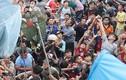 Hàng ngàn người cướp đồ cúng cô hồn... náo loạn Sài Gòn