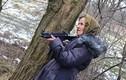 Xem bà lão Ukraine 68 tuổi học bắn súng