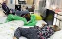 Ảnh: Dân Trung Quốc hồn nhiên ngủ tại cửa hàng nội thất