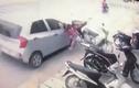 Bị ô tô chạy ẩu tông văng, 3 mẹ con thoát chết thần kỳ