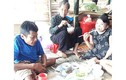 Cám cảnh mẹ già 72 tuổi nuôi 2 con tàn tật trong lán tạm nơi rốn lũ