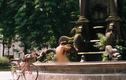 """Người đàn ông hồn nhiên """"tắm tiên"""" trong công viên tại Hà Nội"""