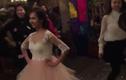 """Video: Cô dâu xinh xắn """"nhảy bốc lửa"""" trong ngày cưới"""