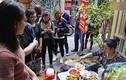 Video: Xếp hàng 30 phút chỉ để ăn một bát bún ngan tại Hà Nội