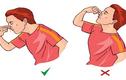 Bị chảy máu cam, nên cúi mặt hay ngửa cổ mới đúng?