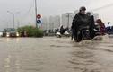 Người Sài Gòn đội mưa, lội nước đi làm ngày đầu tuần