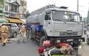 Xe chở xăng dầu nổ lốp, người đi đường vứt xe tháo chạy
