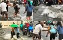 Trẻ la khóc, người già cầu cứu trong nước ngập cuồn cuộn ở Sài Gòn