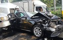 Mercedes tiền tỷ bẹp dúm vì bị 2 container kẹp chặt