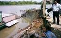 Hàng loạt nhà sụt xuống sông ở Sài Gòn, dân tháo chạy tán loạn