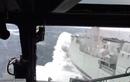 Cảnh trực thăng hạ cánh lên tàu trong sóng dữ