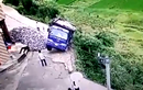 Tài xế bay người thoát chết khi ô tô rơi xuống vực