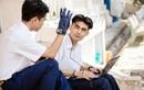 Hai nam sinh chế găng tay cho người khiếm thính