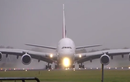 """Màn hạ cánh kiểu """"con cua"""" của máy bay chở khách lớn nhất"""