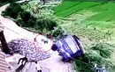 Tài xế xe tải thoát hiểm ngoạn mục khi xe lao xuống vực