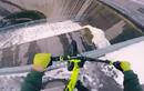 Đi xe đạp trên song sắt cao 200m không thể tin nổi