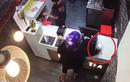 """Video: Màn cuỗm điện thoại tinh vi của """"nữ quái"""" trong cửa hàng"""