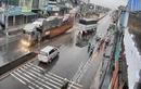 Video: Xe máy phóng như bay gây tai nạn kinh hoàng giữa trời mưa