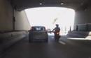 Video: Hùng hổ giơ chân đá ô tô, thanh niên đi xe máy té ngã sấp mặt
